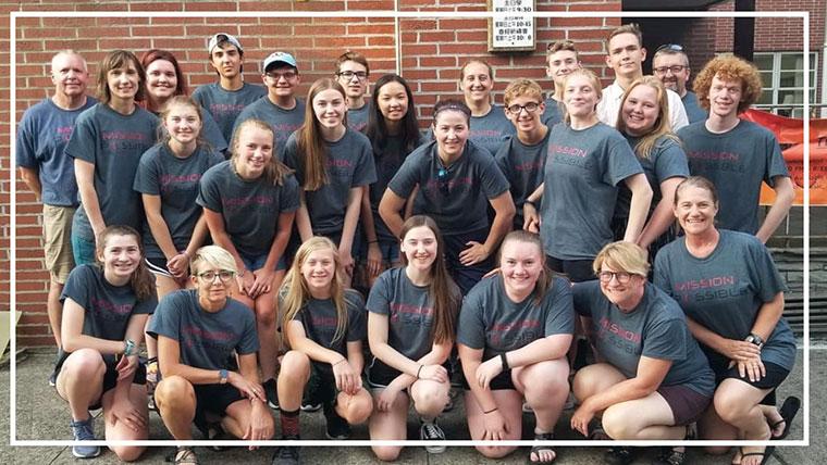 Several dozen youths posing at the Sun Prairie United Methodist Church (Sun Prairie, WI)